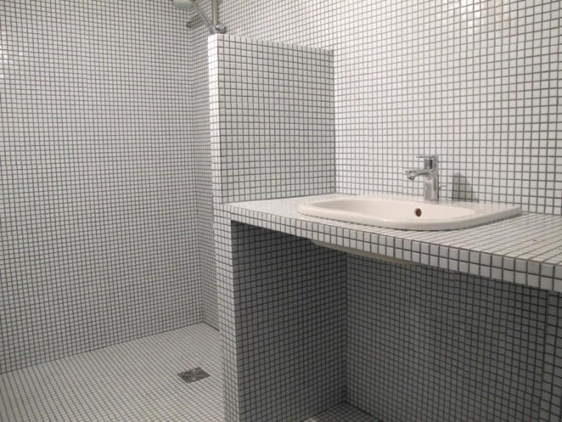salle de bain mosaïque blanche