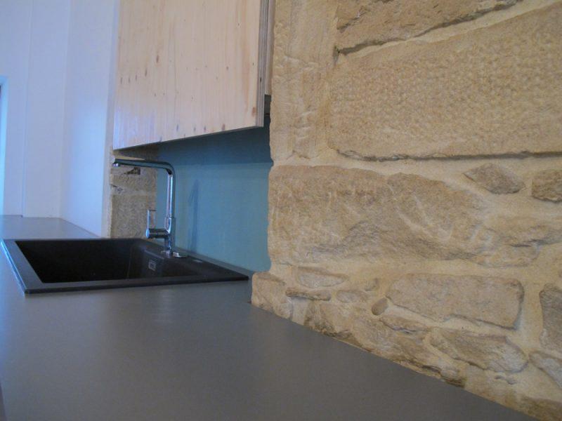 Détail du plan de travail de la cuisine en stratifié gris