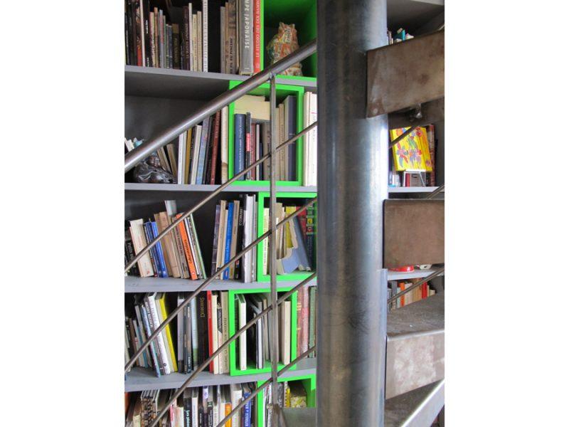 Bibliothèque derrière escalier