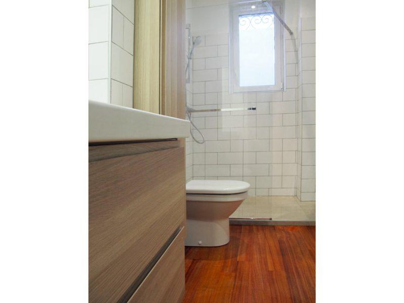 Une salle de bain blanche et graphique