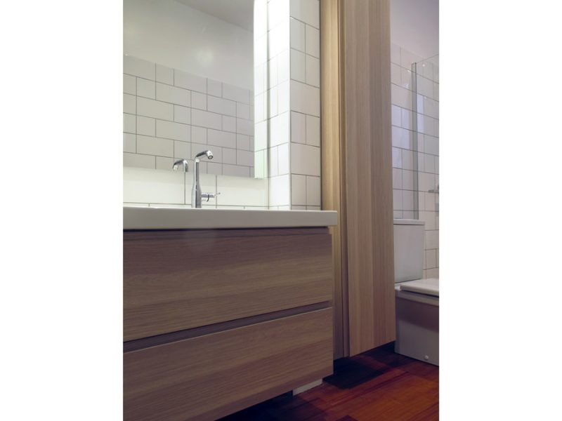 salle de bain blanche et graphique